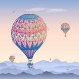 Cart?o dos bal?es Alguns bal?es de ar listrados diferentemente coloridos que voam no c?u nublado da manh? Testes padr?es das nuve ilustração royalty free
