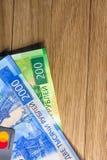 Cart?o mestre de cart?o do dinheiro e de cr?dito em um fundo arborizado fotos de stock