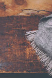 Carta accogliente di stile di concetto di inverno - sciarpa tricottata della lana sopra di legno Fotografia Stock