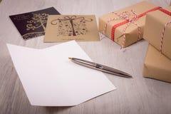 Carta aperta del regalo di Natale e di natale di bianco sopra un fondo di legno Fotografia Stock
