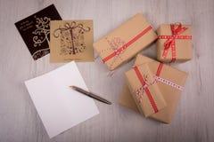 Carta aperta del regalo di Natale e di natale di bianco sopra un fondo di legno Immagine Stock