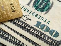 Carta assegni e cento banconote in dollari, fine su fotografie stock
