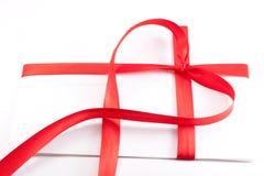 Carta atada con una cinta roja bajo la forma de corazón Foto de archivo