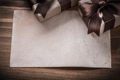Carta attuale avvolta delle scatole sulla festa d'annata del bordo di legno concentrata Fotografie Stock