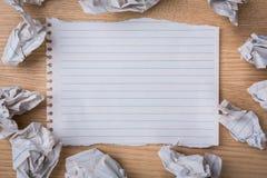 Carta bianca del taccuino con la matita e la carta sgualcita Fotografie Stock Libere da Diritti