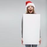 Carta bianca della tenuta della donna di Natale grande Santa Hat Fotografia Stock Libera da Diritti