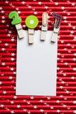 Carta in bianco bianca con la clip 2017 sulla paglia bianca rossa della stella Fotografia Stock Libera da Diritti