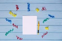 Carta in bianco bianca e penna gialla con i nastri variopinti intorno Fotografie Stock Libere da Diritti