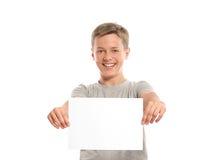 Carta in bianco bianca sorridente della tenuta del ragazzo Immagini Stock