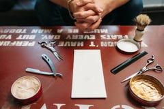 Carta in bianco con gli strumenti del barbiere sullo spazio libero della tavola Immagine Stock Libera da Diritti