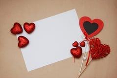 Carta in bianco con i cuori rossi Spazio libero per la vostro wWriting o pubblicità St Giorno del ` s del biglietto di S Cartolin fotografie stock