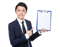 Carta in bianco del thw di manifestazione dell'uomo d'affari della lavagna per appunti Fotografie Stock