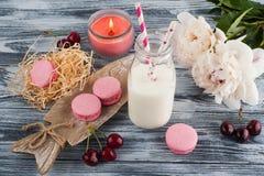 Carta in bianco e maccheroni rosa Immagine Stock