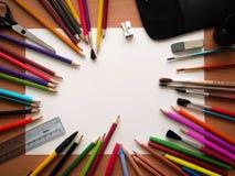 Carta in bianco e matite variopinte sulla tavola di legno Vista da sopra Fotografie Stock