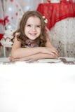 Carta in bianco sorridente di manifestazione dei bambini Ritratto della ragazza su priorità bassa bianca Fotografia Stock