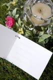 Carta in bianco su erba verde Immagine Stock