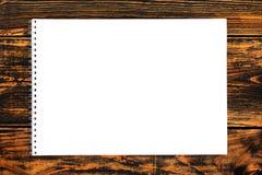 Carta in bianco sui precedenti di legno Vista superiore fotografie stock libere da diritti