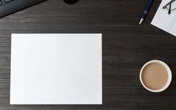 Carta in bianco sullo scrittorio di legno scuro dello scrittorio Immagini Stock