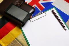 Carta in bianco sullo scrittorio strutturale di legno con il telefono cellulare Immagini Stock Libere da Diritti