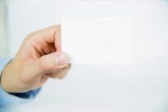 Carta in bianco vuota di visita che tiene a mano Fotografia Stock Libera da Diritti