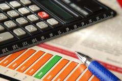 Carta com calculadora fotos de stock