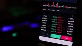 Carta comercial financiera con venta y comprar el botón en la pantalla del smartphone almacen de video