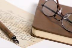 Carta con la pluma y los vidrios 1 Fotografía de archivo libre de regalías