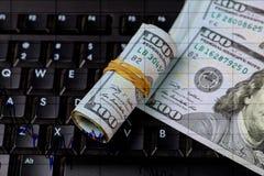 Carta conservada em estoque dos preços de mercado Cem angular nós notas de dólar acima da carta Conta rolada que encontra-se em u Imagem de Stock