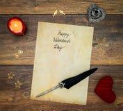 Carta d'annata di San Valentino con il cuore rosso dell'abbraccio, decorazioni di legno, candela ed inchiostro rosso e spoletta s immagine stock libera da diritti