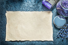 Carta d'annata secca del sale da bagno di cristallo fatto a mano del sapone della lavanda sopra Fotografie Stock