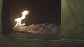 Carta d'offerta cinese bruciante video d archivio