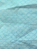 Carta da imballaggio blu con le onde disegnate a mano geometriche Fotografie Stock
