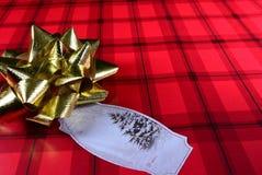 Carta da imballaggio di Natale rosso con l'arco dell'oro e dell'etichetta Vista 3 Fotografia Stock