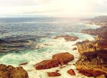 Carta da parati delle isole delle Azzorre L'Oceano Atlantico, cielo nuvoloso e c rocciosa Fotografie Stock Libere da Diritti