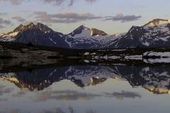 Carta da parati di punta della natura del paesaggio di riflessione del lago mountain immagine stock