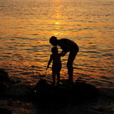 Carta da parati di tramonto: Madre ed immagini di riserva bambine Fotografia Stock Libera da Diritti
