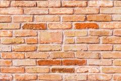 Carta da parati di un muro di mattoni antico rosso con i mattoni colorati immagine stock libera da diritti