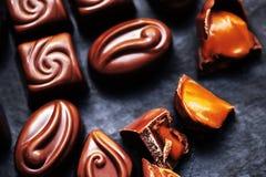 Carta da parati dolce di Candy di cioccolato nell'alta risoluzione Chocola scuro Fotografie Stock