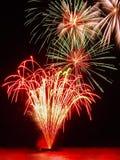 Carta da parati rossa e verde dei fuochi d'artificio Fotografie Stock Libere da Diritti