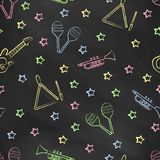 Carta da parati senza cuciture di vettore con l'immagine dei maracas degli strumenti musicali, chitarra, triangolo musicale, stel Fotografie Stock Libere da Diritti