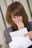Carta dada una sacudida eléctrica de la lectura de la mujer de negocios foto de archivo