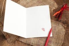Carta de amor con las galletas de la dimensión de una variable del corazón, y pluma roja Imagen de archivo libre de regalías