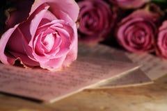 Carta de amor con las rosas Imágenes de archivo libres de regalías