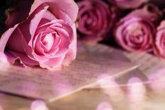 Carta de amor con las rosas Imagenes de archivo