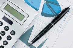 Carta de barra con la pluma y la calculadora Imágenes de archivo libres de regalías