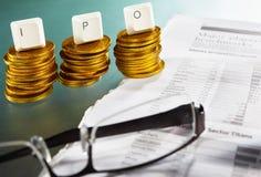 Carta de IPO en pila de las monedas de oro Imagenes de archivo