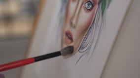 Carta de la cara Primer: mano del artista de maquillaje de la mujer de la cual dibuja una carta de la cara usando el cepillo para almacen de video