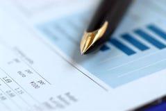 Carta de las finanzas de la pluma imagen de archivo libre de regalías