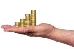 A carta de negócio é feita das moedas douradas na mão Imagem de Stock