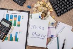 carta de negocio, billetes de banco euro, pluma, calculadora, pluma, moneda, teclado Visión superior Concepto del asunto Imagen de archivo libre de regalías